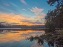 Πολύχρωμο ηλιοβασίλεμα στη λίμνη την πρώιμη άνοιξη Στοκ φωτογραφία με δικαίωμα ελεύθερης χρήσης