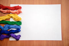Πολύχρωμο νήμα κεντητικής σε ένα άσπρο φύλλο Στοκ φωτογραφίες με δικαίωμα ελεύθερης χρήσης