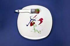 Πινέλο στο χρωματισμένο πιάτο Στοκ φωτογραφία με δικαίωμα ελεύθερης χρήσης