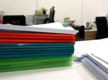 Πολύχρωμο πλαστικό αρχείο κορυφογραμμών, πράσινος, άσπρος, κίτρινος, κόκκινο στο θόριο στοκ εικόνες με δικαίωμα ελεύθερης χρήσης