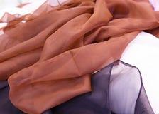 Πολύχρωμο ύφασμα για το ράψιμο που συνδυάζεται στις πτυχές Στοκ Φωτογραφία