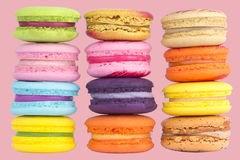 Πολύχρωμο macaron στο ρόδινο υπόβαθρο χρώματος κρητιδογραφιών Στοκ Φωτογραφίες