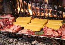 Πολύ βοοειδές ακατέργαστο μαγείρεμα κρέατος και κρέατος χοιρινού κρέατος στην εστία στοκ εικόνες