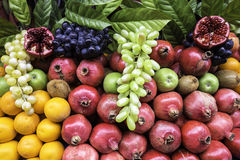 Πολύ είδος διαφορετικών φρούτων σε μια άποψη κινηματογραφήσεων σε πρώτο πλάνο προθηκών Στοκ φωτογραφία με δικαίωμα ελεύθερης χρήσης