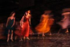 Πολύ εκτεθειμένη και ζωηρόχρωμη φωτογραφία των ballerinas και των μπαλέτων που εκτελούν την τέχνη τους σε έναν μουσικό Στοκ Φωτογραφίες