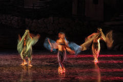 Πολύ εκτεθειμένη και ζωηρόχρωμη φωτογραφία των ballerinas και των μπαλέτων που εκτελούν την τέχνη τους σε έναν μουσικό Στοκ Εικόνες