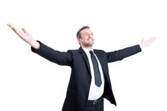 Πολύ επιτυχείς αγκάλες τεντώματος επιχειρησιακών ατόμων ευρέως ανοικτές στοκ φωτογραφία με δικαίωμα ελεύθερης χρήσης