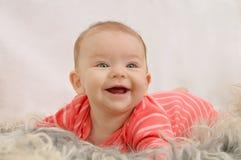 Πολύ ευτυχές χαριτωμένο μικρό κορίτσι με το ευρύ χαμόγελο Στοκ φωτογραφία με δικαίωμα ελεύθερης χρήσης