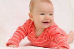 Πολύ ευτυχές χαριτωμένο μικρό κορίτσι στον άσπρο καναπέ Στοκ Φωτογραφίες