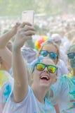 Πολύ ευτυχή κορίτσια που φορούν τα γυαλιά ήλιων που παίρνουν ένα selfie Στοκ Εικόνες