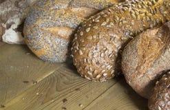 Πολύ εύγευστο ευώδες ψωμί είναι στον πίνακα Στοκ Εικόνες