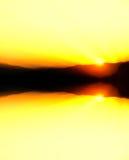 Πολύ ζωηρόχρωμη αντανάκλαση ηλιοβασιλέματος πίσω από ένα βουνό. Στοκ φωτογραφίες με δικαίωμα ελεύθερης χρήσης