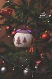 Πολύ κατά τρόπο ενδιαφέροντα διακοσμημένο χριστουγεννιάτικο δέντρο Στοκ εικόνα με δικαίωμα ελεύθερης χρήσης