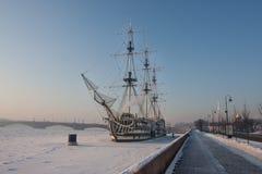 Πολύ κρύα ημέρα στην πόλη με μια άποψη του παγωμένου Neva Στοκ εικόνα με δικαίωμα ελεύθερης χρήσης