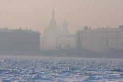 Πολύ κρύα ημέρα στην πόλη με μια άποψη του παγωμένου Neva Στοκ φωτογραφίες με δικαίωμα ελεύθερης χρήσης