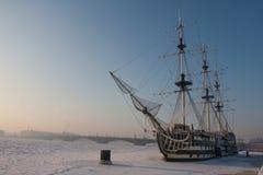 Πολύ κρύα ημέρα στην πόλη με μια άποψη του παγωμένου Neva Στοκ Φωτογραφία