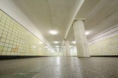 Πολύ μακρύς διάδρομος με τα κίτρινα κεραμίδια στους τοίχους, πατώματα γρανίτη Στοκ φωτογραφία με δικαίωμα ελεύθερης χρήσης