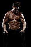 Πολύ ο αθλητικός τύπος δύναμης, εκτελεί την άσκηση επάνω στις αθλητισμός-συσκευές Στοκ φωτογραφίες με δικαίωμα ελεύθερης χρήσης