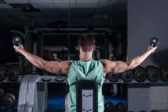 πολύ ο αθλητικός τύπος δύναμης bodybuilder, εκτελεί την άσκηση με το dumbb Στοκ Εικόνα