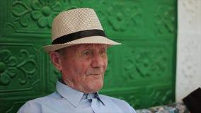 Πολύ παλαιό πορτρέτο ατόμων με τις συγκινήσεις παππούς λυπημένος φιλμ μικρού μήκους