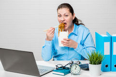 Πολύ πεινασμένο κορίτσι με τα νουντλς Στοκ Εικόνα