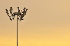 Πολύ πλήρεις και ογκώδεις φωτισμοί σταδίων στο λυκόφως με το διάστημα αντιγράφων στοκ φωτογραφία