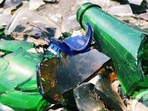 Πολύ σπασμένο μπουκάλι χρώματος Υπόβαθρο γυαλιού Στοκ Φωτογραφίες