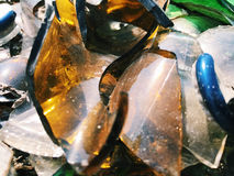 Πολύ σπασμένο μπουκάλι χρώματος Υπόβαθρο γυαλιού Στοκ εικόνες με δικαίωμα ελεύθερης χρήσης