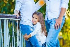 Πολύ χαριτωμένος λίγο ξανθό κορίτσι που κρατά το πόδι mom στοκ εικόνα