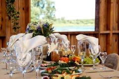Πολύ ωραία διακοσμημένος γαμήλιος πίνακας με τα πιάτα και serviettes 07 Στοκ εικόνες με δικαίωμα ελεύθερης χρήσης