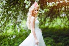 Πολύ όμορφη νύφη ξανθή σε ένα άσπρο φόρεμα με ασυνήθιστο sty Στοκ Εικόνες