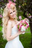 Πολύ όμορφη ξανθή σγουρή τρίχα νυφών σε ένα άσπρα φόρεμα και ένα deli Στοκ φωτογραφίες με δικαίωμα ελεύθερης χρήσης