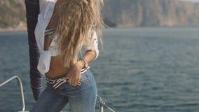 Πολύ όμορφο, αισθησιακό προκλητικό ξανθό κορίτσι στο γιοτ Στοκ εικόνα με δικαίωμα ελεύθερης χρήσης
