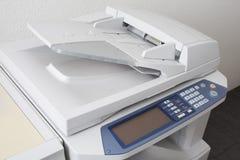 Πολλών χρήσεων εκτυπωτής γραφείων ή μηχανή αντιγράφων που απομονώνεται Στοκ Εικόνες