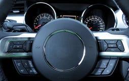 Πολλών χρήσεων τιμόνι στο εσωτερικό αυτοκινήτων δέρματος Στοκ εικόνες με δικαίωμα ελεύθερης χρήσης