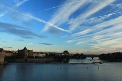 Πράγα Άποψη από τη γέφυρα του Charles στο ηλιοβασίλεμα Αερώδη σταυροδρόμια Στοκ Εικόνες