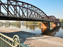 Πράγα, γέφυρα σιδηροδρόμων πέρα από τον ποταμό Vltava. Στοκ εικόνες με δικαίωμα ελεύθερης χρήσης