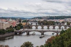 Πράγα, Δημοκρατία της Τσεχίας, άποψη του ποταμού Vltata και γέφυρες πέρα από το στο ιστορικό κέντρο πόλεων στοκ φωτογραφία με δικαίωμα ελεύθερης χρήσης