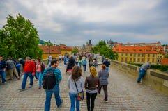 Πράγα, Δημοκρατία της Τσεχίας - 13 Αυγούστου 2015: Άνθρωποι που διασχίζουν τη γοητευτική γέφυρα πόλεων μια συμπαθητική νεφελώδη η Στοκ φωτογραφίες με δικαίωμα ελεύθερης χρήσης