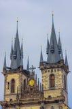 Πράγα, Δημοκρατία της Τσεχίας - 13 Αυγούστου 2015: Θεαματική εκκλησία πύργων της κυρίας μας που φθάνει επάνω προς τον ουρανό σε έ Στοκ Εικόνες
