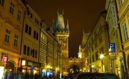 Πράγα, Δημοκρατία της Τσεχίας - 31 Δεκεμβρίου 2017: Γέφυρα και πύργος του Charles τη νύχτα, Πράγα Στοκ Φωτογραφίες