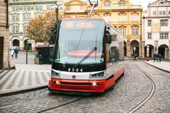Πράγα, Δημοκρατία της Τσεχίας - 24 Δεκεμβρίου 2016 - δημόσιες συγκοινωνίες τραμ στην οδό Καθημερινή ζωή στην πόλη Καθημερινή ζωή Στοκ εικόνα με δικαίωμα ελεύθερης χρήσης
