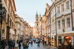 Πράγα, Δημοκρατία της Τσεχίας - 15 Δεκεμβρίου 2016: μια όμορφη οδός της Πράγας, Δημοκρατία της Τσεχίας Τουρίστες και περίπατος ντ Στοκ Εικόνα