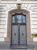 Πράγα, Δημοκρατία της Τσεχίας Διακοσμήστε την πόρτα σιδήρου ενός κτηρίου πολυτέλειας στοκ εικόνα