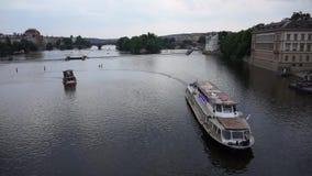 Πράγα, Δημοκρατία της Τσεχίας - 22 Ιουνίου 2017: Βάρκα λεωφορείων νερού που επιπλέει τον ποταμό Vltava στην Πράγα απόθεμα βίντεο