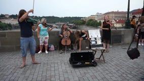 Πράγα, Δημοκρατία της Τσεχίας - 22 Ιουνίου 2017: Ομάδα νέων μουσικών στη γέφυρα του Charles στην Πράγα, Δημοκρατία της Τσεχίας απόθεμα βίντεο