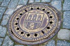 Πράγα, Δημοκρατία της Τσεχίας, κάλυψη υπονόμων μετάλλων στοκ εικόνα