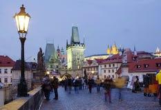 Πράγα, Δημοκρατία της Τσεχίας, πύργος γεφυρών Mala Strana Charles βράδυ στοκ φωτογραφία