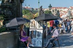 Πράγα, Δημοκρατία της Τσεχίας - 10 Σεπτεμβρίου 2019: Ένας καλλιτέχνης οδών που χρωματίζει ένα πορτρέτο μιας γυναίκας στη γέφυρα τ στοκ εικόνες με δικαίωμα ελεύθερης χρήσης