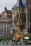 Πράγα, Δημοκρατία της Τσεχίας - 10 Σεπτεμβρίου 2019: Τουρίστας που στηρίζεται σε έναν πάγκο στην παλαιά πλατεία της πόλης της Πρά στοκ εικόνα